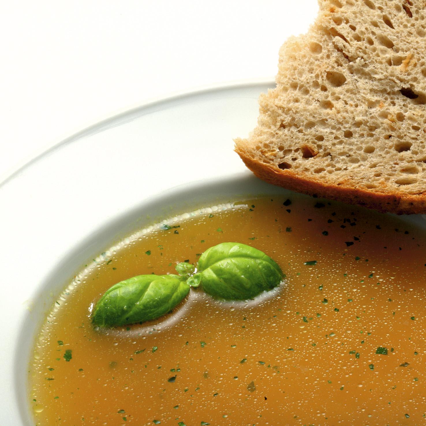 Teller mit Suppe zur Fastenzeit