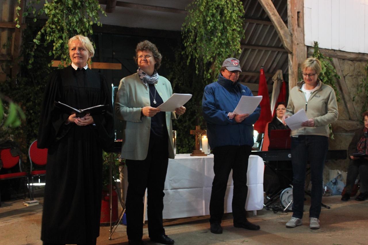 Von links: Pastorin Sonja Domröse, Kirchenvorsteherin Kirsten Heinsohn, Pastor Burkhard Ziemens  alias Herr Brakelmann und Kirchenvorsteherin Anke Mergard alias Frau Jaschke