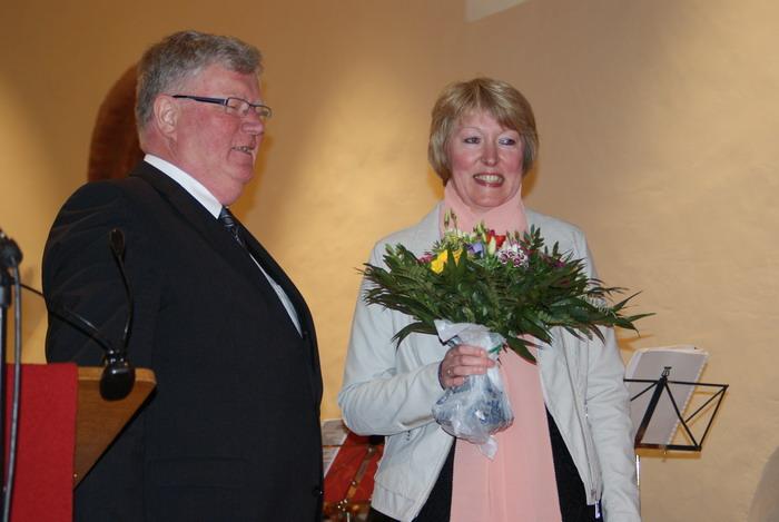 Klaus Lünstedt, Leiter der landeskirchlichen Amt für Bau- und Kunstpflege übergibt Kristina Burdorf (Vorsitzende des Kirchenvorstandes) Blumen als Dank für die gute Zusammenarbeit.