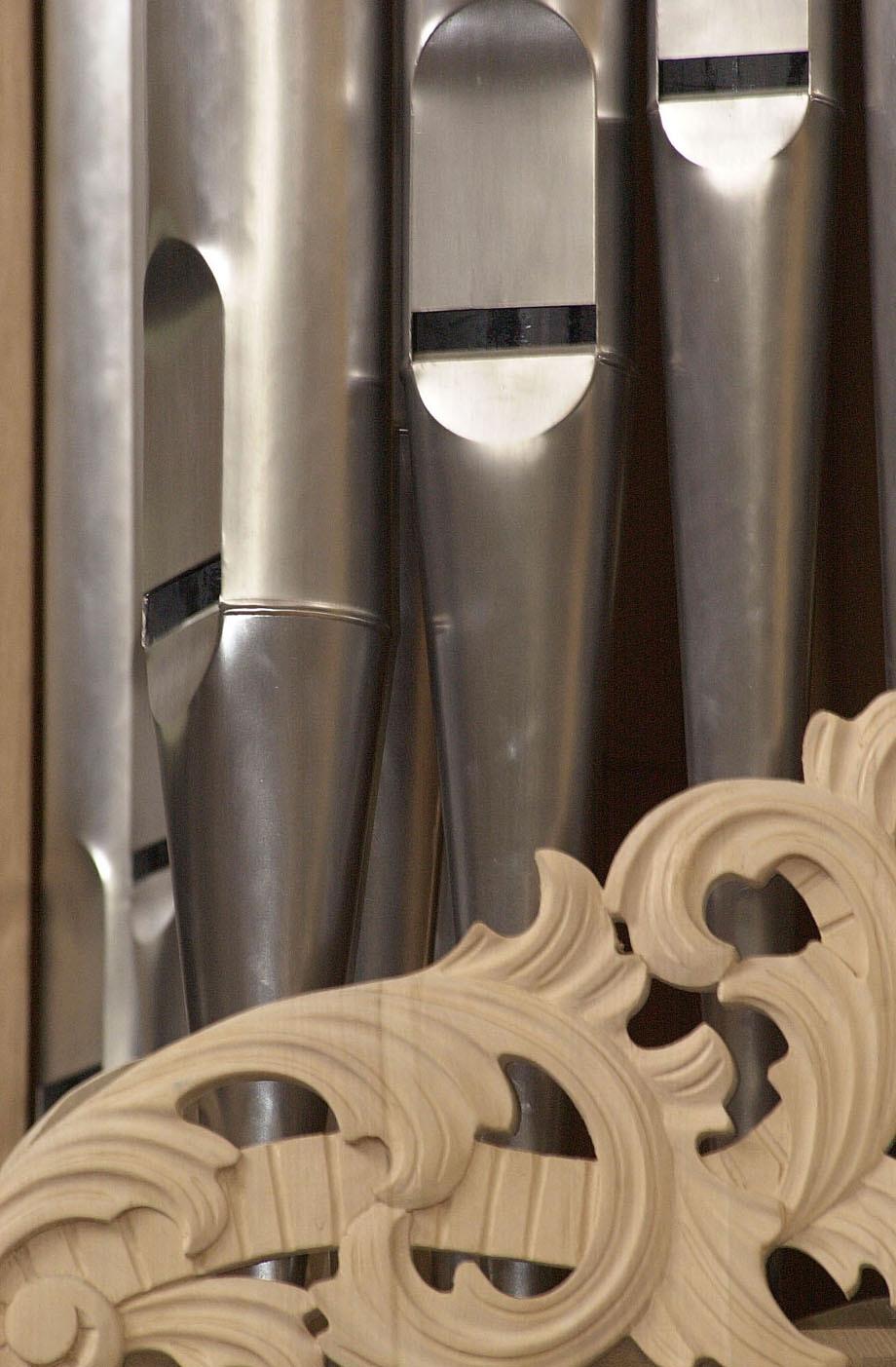 """Nachbau einer Arp-Schnittger-Orgel in der Orgelbauwerkstatt Führer in Wilhelmshaven. Nach einjähriger Bauzeit ist die Orgel jetzt fertig gestellt und wird in Bodo/Norwegen aufgebaut. Neun Männer und Frauen haben daran gearbeitet. Die Orgel beinhaltet rund 1.800 Pfeifen, 28 Registern, zwei Manuale und ein austauschbares Pedal und alles im Originalstil von Arp Schnitger. Für die """"Königin der Instrumente"""", wie die Orgeln oft genannt werden, werden nur die feinsten Materialien verwendet. (Siehe Bericht des epd-Landesdienstes Niedersachsen-Bremen vom 8.4.03)"""