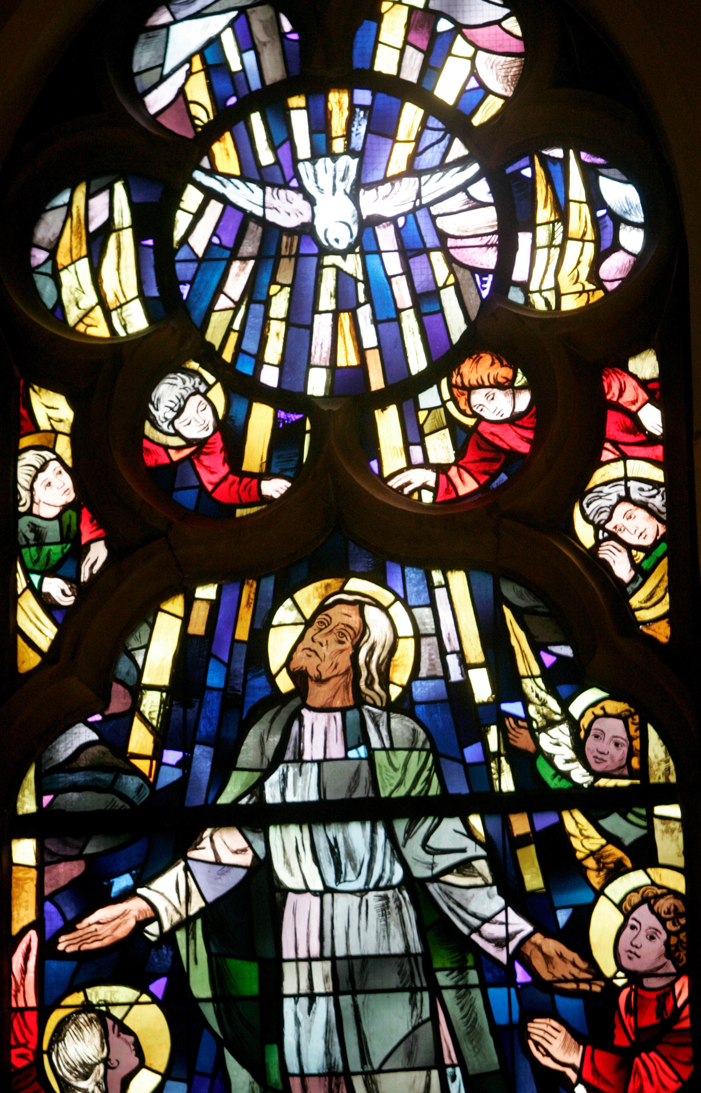 Darstellung von Christi Himmelfahrt mit Taube als Symbol des Heiligen Geistes in der Kreuzkirche in Herne. Die Fenster im Chorraum der Kirche entstanden 1951 bis 1953 nach Entwürfen des Malers Rudolf Fuchs. Die Kreuzkirche wurde im Dezember 1875 nach zwei Jahren Bauzeit eingeweiht.
