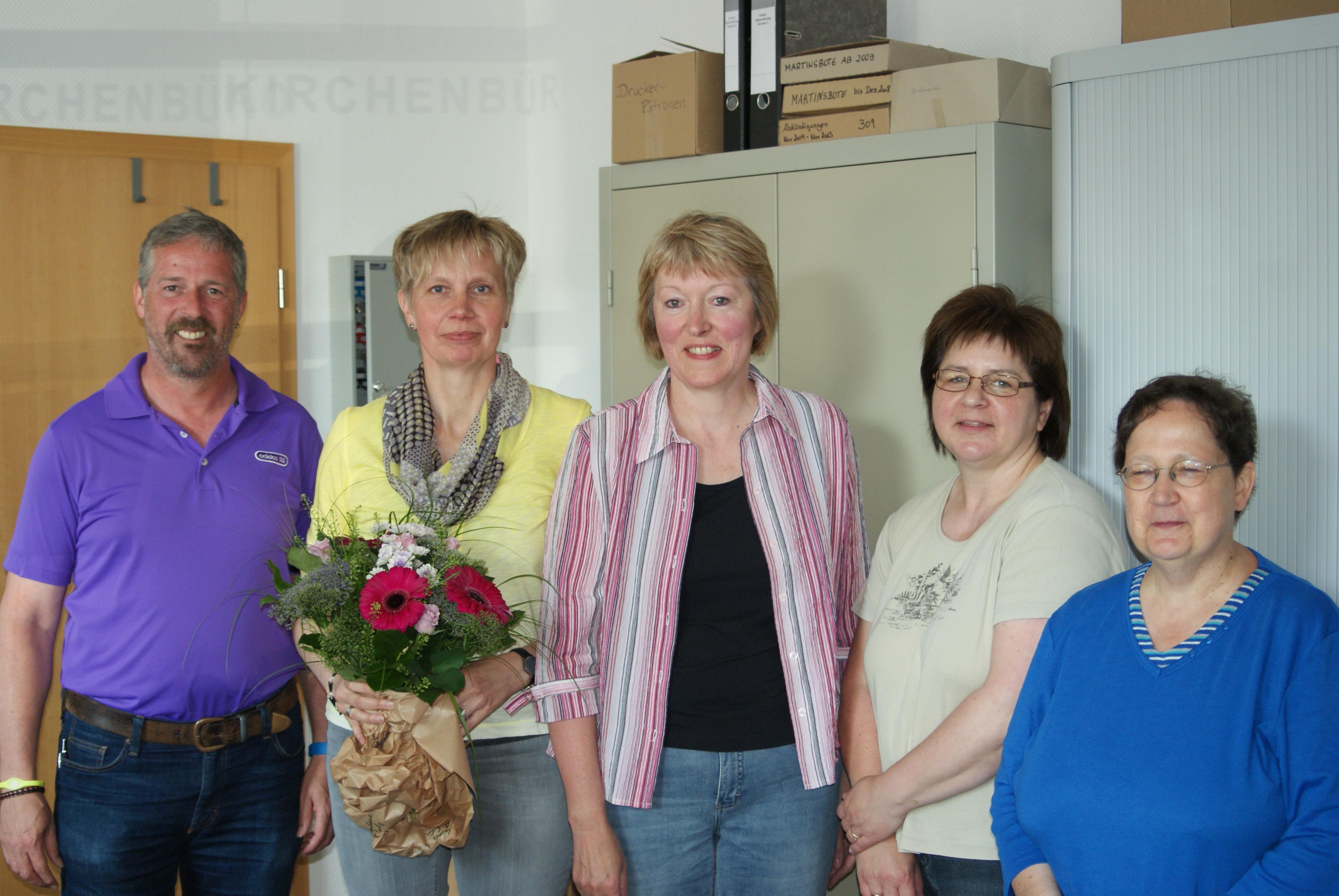 Frau Reil wird an ihrem letzten Arbeitstag im Kirchenbüro verabschiedet: (von links) Herr Meier, Frau Reil, Frau Burdorf, Frau von Rönn und Frau Pastorin Franz