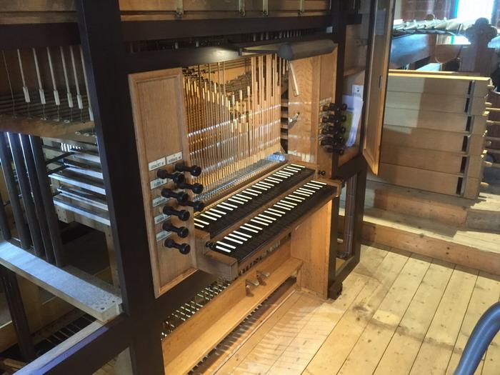 Die Klaviatur an der freigelegten Orgel.