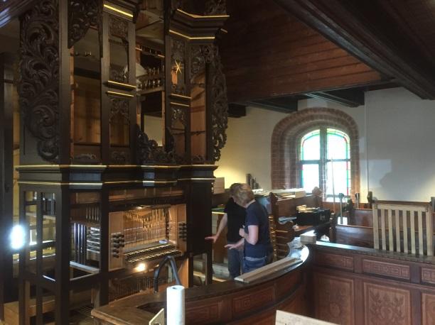 Kirchenvorstandsvorsitzende Kristina Burdorf begutachtet das Innere der Orgel